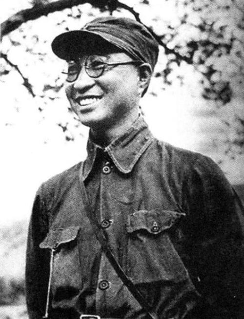 1927年2月回国后到武汉北伐军第二方面军任特务营营长.