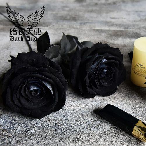 女生手拿黑玫瑰