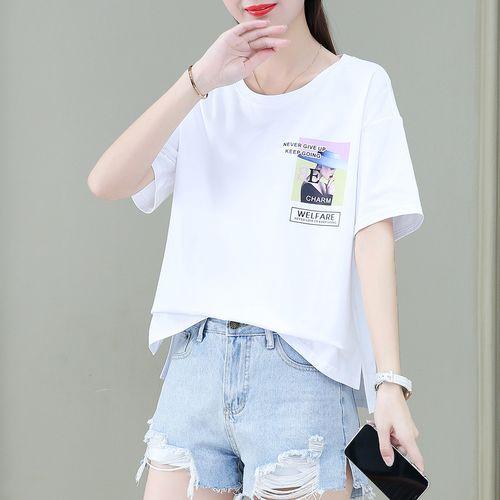 女生白色短袖