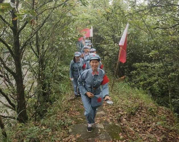 在红军亭合影在老山界界碑处合影本次红色研学活动,让大家更加清晰